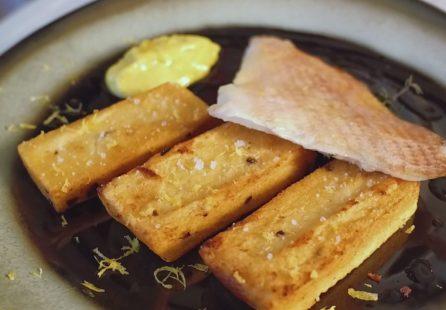 poisson, panisses aux olives noires et mayonnaise